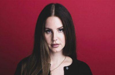"""Lana Del Rey Nyanyikan """"You're Never Walk Alone"""" untuk Film Dokumenter Liverpool FC"""